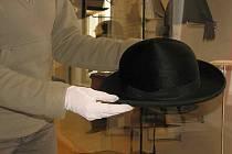 Pracovníci Muzea Novojičínska balili klobouky významných osobností a připravovali je na výstavu, která se uskuteční v květnu a červnu ve Valdštejnském paláci v Praze.