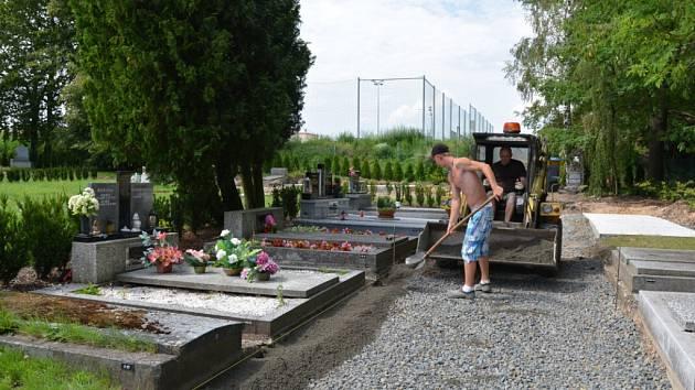 Nové chodníky a přístupové cesty ocení na hřbitově v Bílovci nejen pozůstalí, ale také pracovníci pohřební služby.