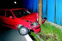 Mladý řidič skončil ve sloupu veřejného osvětlení.