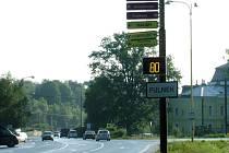 I ve Fulneku již začali měřit rychlost projíždějících aut.