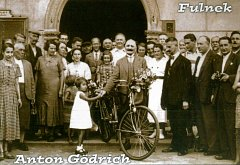 Na pohlednici z Fulneku je Anton Gödrich (uprostřed) krátce předtím, než v roce 1936 vyrazil jako pozvaný host na olympiádu do Berlína.