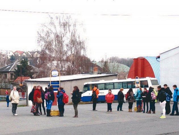 Autobusovému nádraží v Bílovci chybí například nástupní ostrůvky.