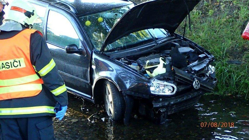Vozidlo z potoka musela vytáhnout vyprošťovací Tatra.