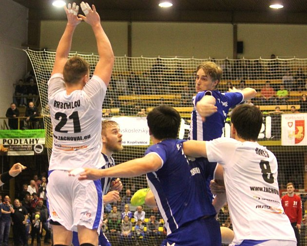 Kopřivnickým házenkářům vstup do sezony nevyšel. Na snímku je ve výskoku mládežnický reprezentant Adam Očkovič, jenž se proti Plzni prosadil čtyřikrát.