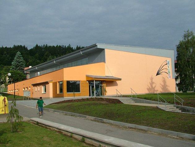 Sportovní hala, u ní má stát hřiště.