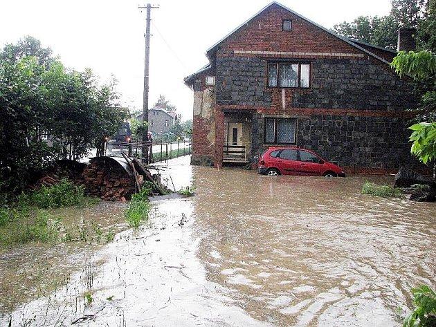 Velká voda na Novojičínsku opět řádila ve čtvrtek odpoleden. Tentokrát se začal rozlévat Husí potok mna území Fulneku a jeho místních částí a v Hladkých Životicích.