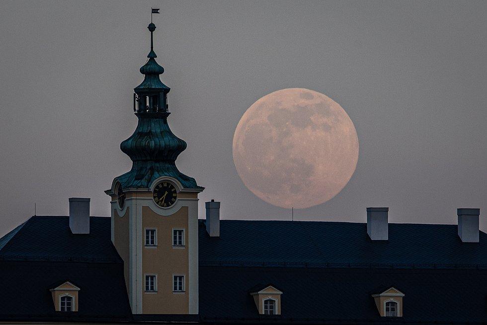 Růžový grep na obloze? Ne, jen dnes a zítra je k vidění Měsíc v takzvaném superúplňku. Nejde ale vidět zcela jasně. Až příští rok.