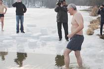 Akcí na podporu strážníka Martina se od začátku letošního roku konalo několik. Jednou z nich byla sázka ředitel MP, že vleze do ledového Čerťáku.