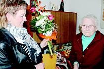 Sto jedna let oslavila v sobotu Marie Fojtíková z Tiché. Popřát jí přišli i zástupci obce.