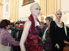 Netradiční módní přehlídka v kostele.