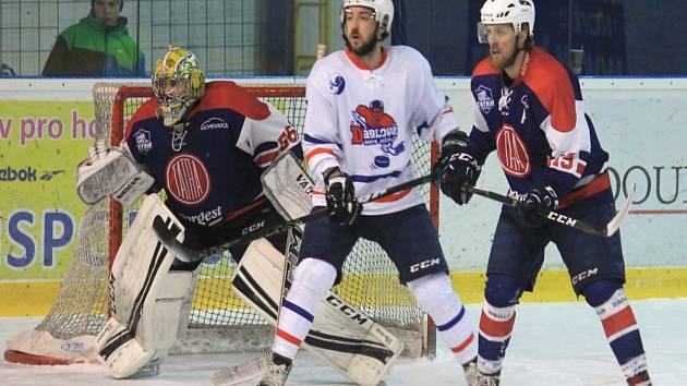 Zadák kopřivnické Tatry Miroslav Marek (vpravo) se ve druhém dílu série proti Šumperku blýskl dvěma góly. Vítěznou trefu obstaral v 55. minutě.