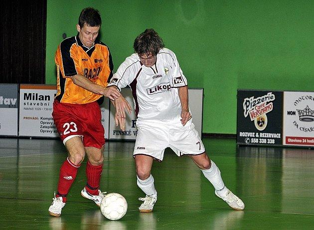 Futsalisté Tatranu Baracuda Jakubčovice prohráli důležitý souboj o udržení ve II. lize, když doma podlehli poslednímu týmu tabulky, Nasanu Okruh Brno. Na snímku David Molnár (vlevo).