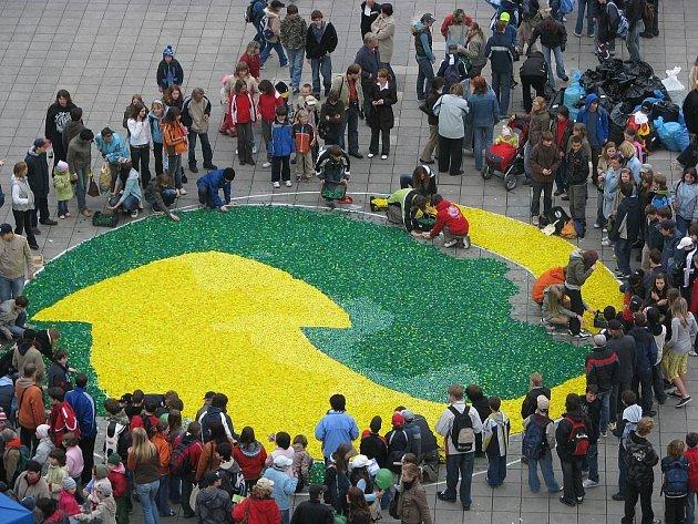 Další republikový rekord, největší zelený bot z plastových uzávěrů má v průměru 10 metrů.