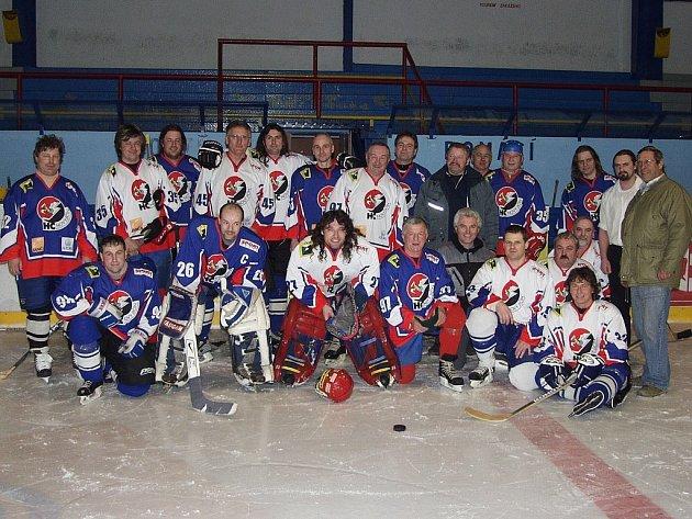Společná fotka všech přítomných, kteří si přišli zahrát přátelské utkání, jímž poblahopřáli Josefu Porubovi k jeho životnímu jubileu.