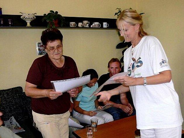 Zástupci soukromé televize a Adry rozdali v Kuníně, a později i v Bernarticích nad Odrou, peněžní šeky lidem postiženým povodněmi.