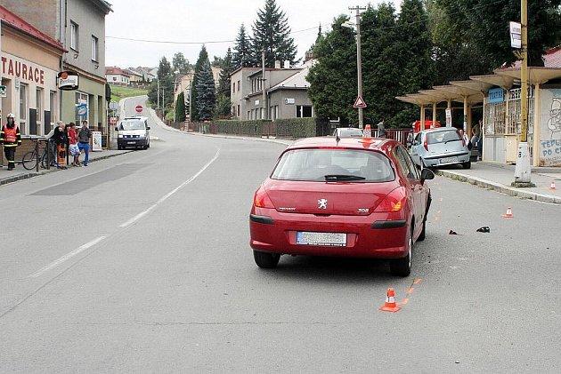 Zraněný cyklista skončil i s kolem až u trafiky.