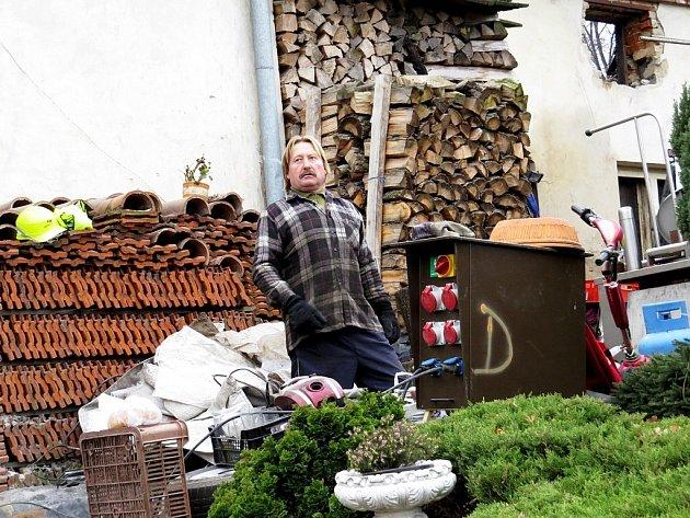 Jiří Mikulenka před domem, který mu zhruba před měsícem vyhořel. Na tom samém místě chce stavět zcela nový dům.