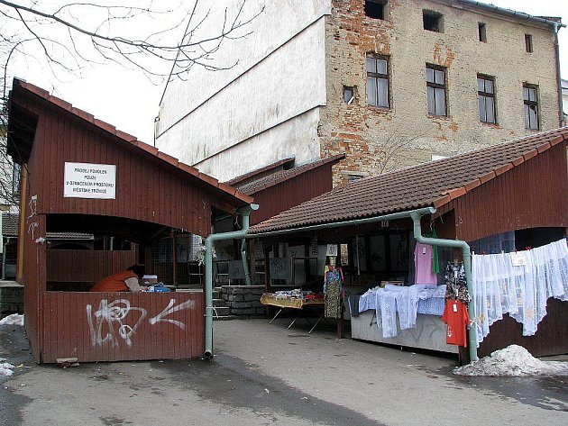 Oderská tržnice krátce po zimě nenabízela moc přívětivou tvář. Otevřené stánky, které se staly němými svědky šílenství grafitových maniaků, by měly nahradit nové, uzamykatelné.