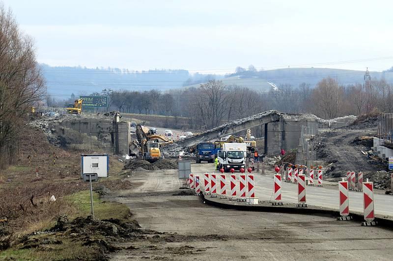 Spadlý most při rekonstrukci dálnice D48 u Příbora.