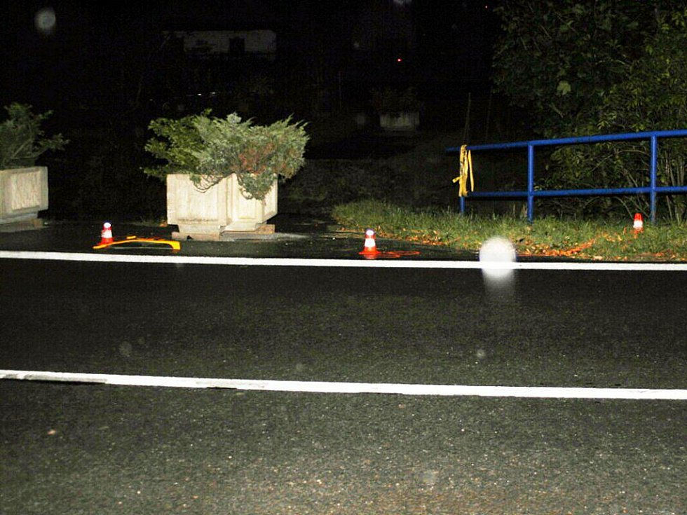 Hodinu po půlnoci srazil ve Veřovicích neznámý řidič chodce.
