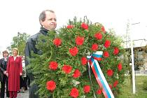 Kromě věnce, který na památník zavěsili zástupci města, přišli s kytičkou také členové místní organizace Českého svazu bojovníků za svobodu.