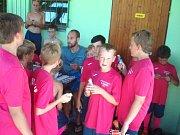 ÚČASTNÍCI fotbalového kempu se mohli potkat také s brankářem ostravského Baníku Petrem Vaškem.