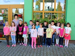 Žáci 1. třídy Základní školy a Mateřské školy Kunín s třídní učitelkou Dagmar Šafárovou.
