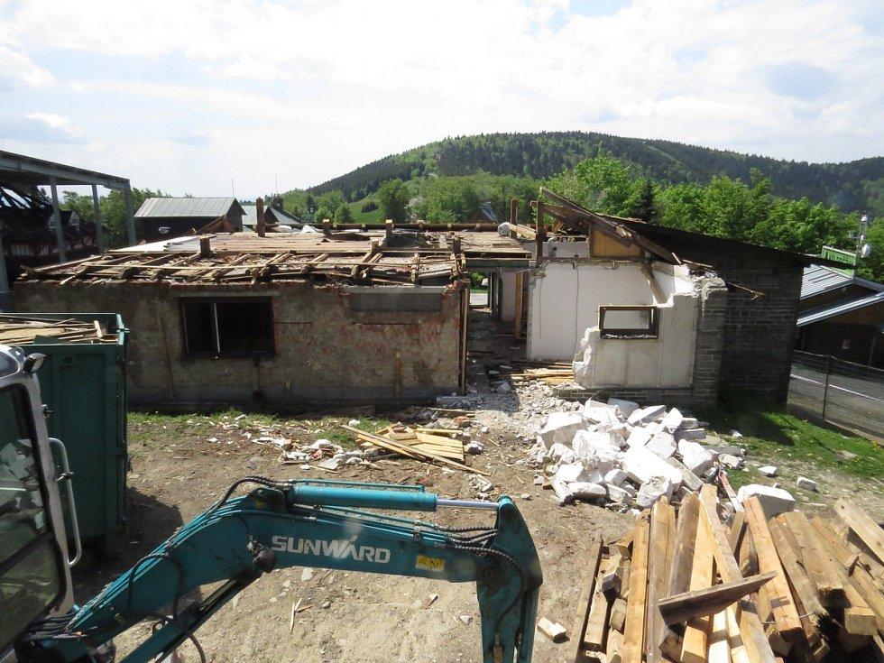 Horní stanice lanové dráhy na Pustevnách je v současné době v demolici.