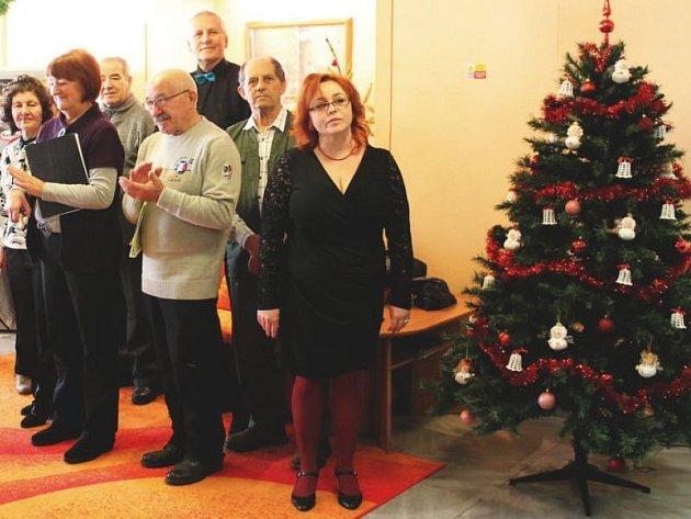 Ředitelka Domova Duha Dana Jančálková (v popředí) vítá hosty, kteří přišli na otevření domova po rekonstrukci. Za ní jsou členové pěveckého sboru z Šenova u Nového Jičína.