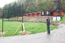 Konstrukce, která se objevila u parkoviště v Areálu skokanských můstků Jiřího Rašky na Horečkách ve Frenštátě pod Radhoštěm ponese orientační tabuli.