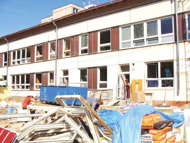 Mnohé školy na Novojičínsku v těchto dnech okupují řemeslníci. Vyměňují okna, dveře, podlahy či topení, malují, modernizují toalety a další školní prostory. Ilustrační foto.