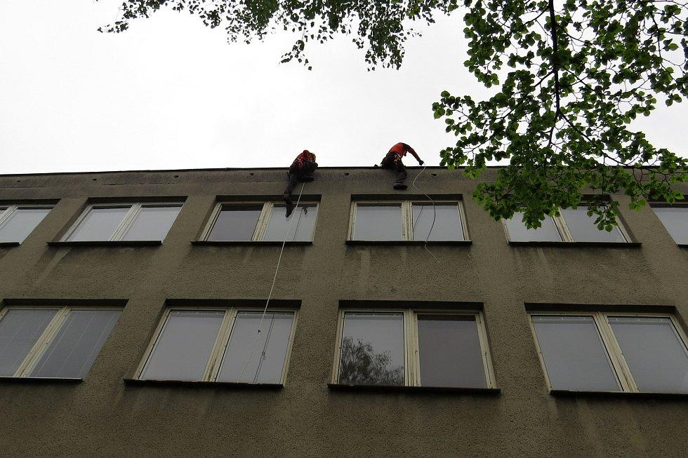 Novojičínští hasiči nacvičovali ve čtvrtek 13. května 2021 na bývalé ubytovně lékařů v Novém Jičíně.