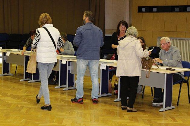Ikdyž to zpočátku vypadalo, že moc voličů nemá zájem, krátce po 14.hodině se volební místnosti číslo 5a 10vNovém Jičíně začaly plnit.