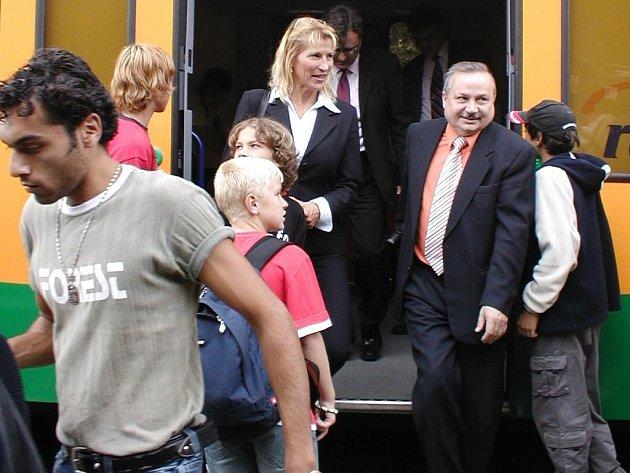 Starostka Bílovce Sylva Kováčiková a Miroslav Klich (vpravo), náměstek ředitele odboru osobní dopravy a přepravy Českých drah krajského centra Ostrava, právě absolvovali premiérovou jízdu.