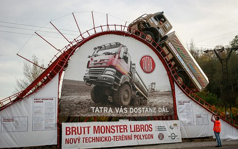 Rekordní přejezd překážky s extrémní stoupavostí s vozem Tatra v areálu centra bezpečné jízdy Libros v Ostravě. Ilustrační foto.