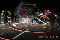 Zásah hasičů u požáru tahače na čtyřproudové silnici I/48 u Starého Jičína.