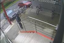 Záběr kamery. Příchod zloděje.