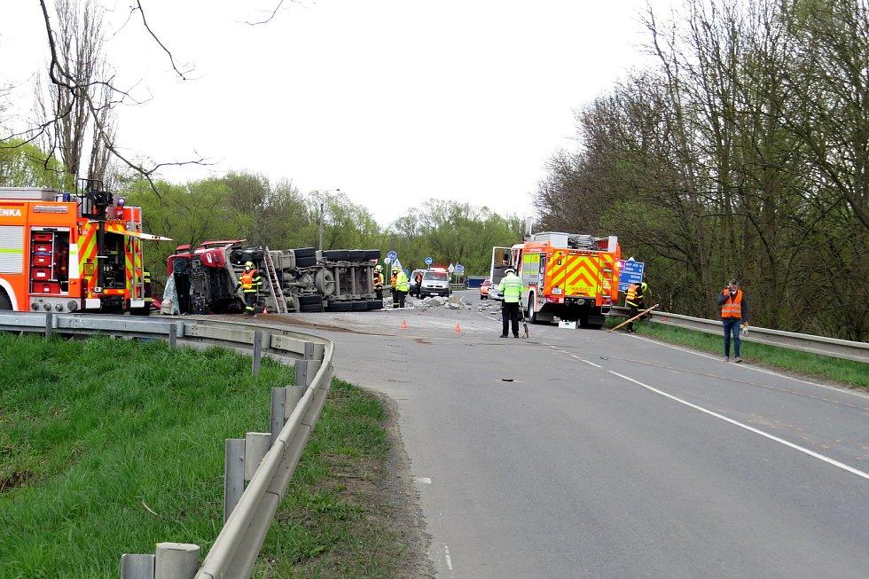 Dva lidé zemřeli v pondělí 3. května 2021 odpoledne při dopravní nehodě ve Studénce. Kamion se převrátil poté, co mu praskla levá přední pneumatika a korba s nákladem kamenů se dostala do protisměru, kde v tu chvíli jelo dodávkové vozidlo.