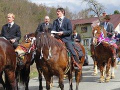 Velikonoční jízda okolo osení ve fulnecké místní části Lukavec.