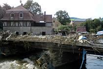 Chrastava na Liberecku patří mezi nejpostiženější oblasti v severních Čechách. Sedm mužů ze Šenova u Nového Jičína zde pomáhalo v druhém srpnovém týdnu celkem pět dní.
