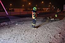 Dvě jednotky profesionálních hasičů vybavených automobilovým jeřábem zasahovaly v úterý 19. ledna brzy ráno na dálnici D1 u Bravantic (okres Nový Jičín) u nehody polského kamionu s nárazem do svodidel.