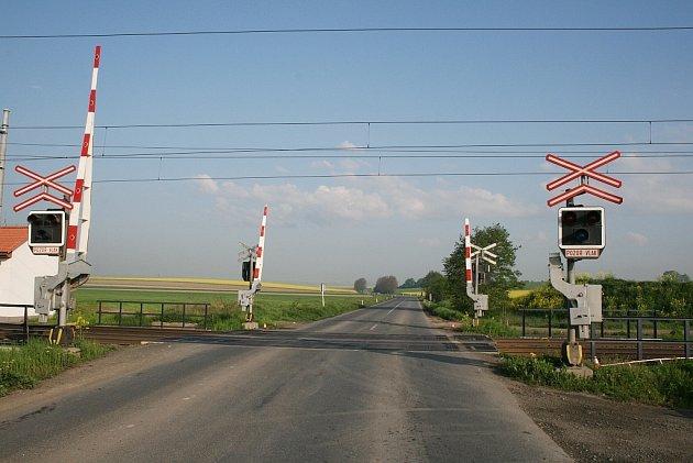 Policie hledá svědky dopravní nehody, která se stala na železničním přejezdu na silnici I/57 v katastru obce Hladké Životice.