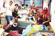 Do Fakultní nemocnice v Ostravě vyrážejí dobrovolníci ze spolku Sára dětem vždy v kostýmech. Malé pacienty to vždy potěší.