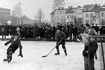 Hokejisté dříve bojovali pod širým nebem.
