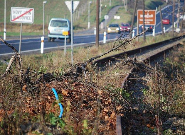 Poničená železnice na trati Nový Jičín – Hostašovice.