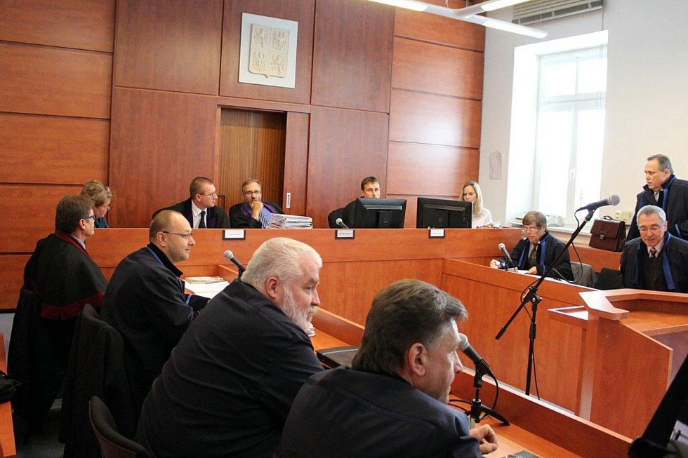 Snímek z líčení u Okresního soudu v Novém Jičíně (září 2017) v případu tragické nehody mezinárodního rychlíku ve Studénce, při níž zemřelo osm cestujících.