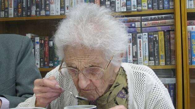 Vlasta Urbánková, která již několik let pobývá v Domově Hortenize ve Frenštátu pod Radhoštěm, oslavila své 104. narozeniny .