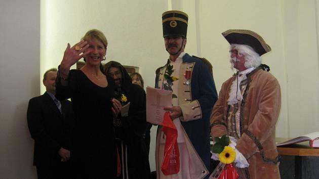 Titul Osobnost roku 2008 si odnesl také divadelní spolek PATOSTA. Ten se předávání zúčastnil v celé kráse dobových krojů. Starostce Bílovce Sylvě Kováčikové darovali prostřednictvím barona (Stanislav Slavík) blyštivý prsten.
