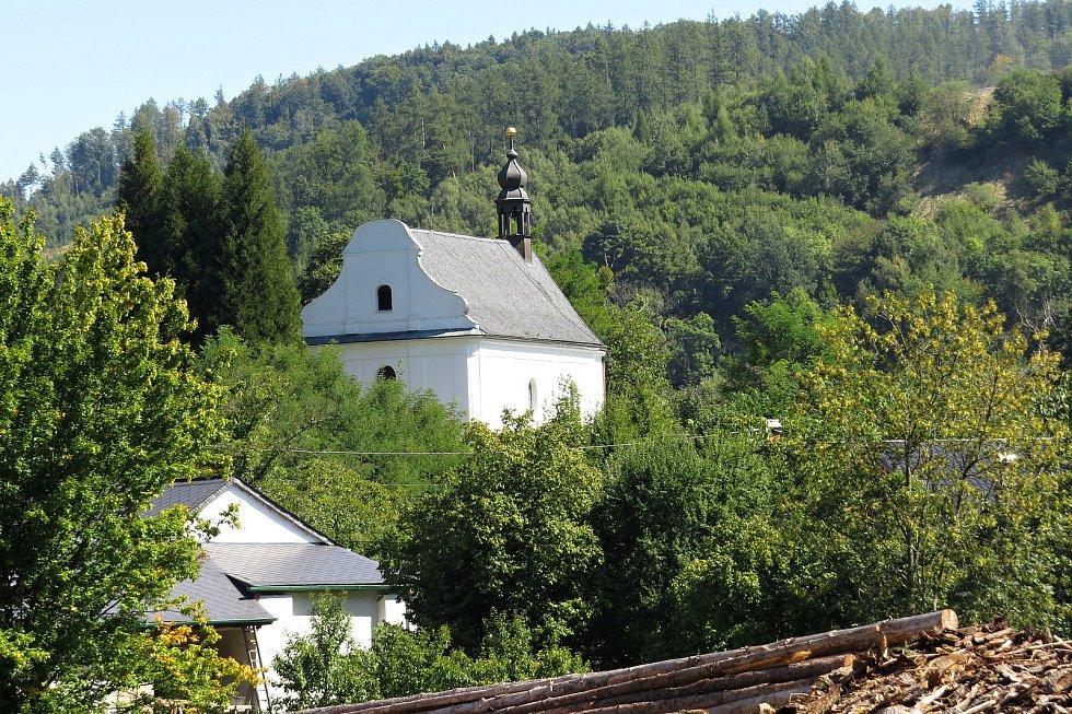 Kostel Neposkvrněného početí Panny Marie s lidovou výzdobou z roku 1783.