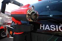 Speciální vozidlo na likvidaci chemických havárií, termokameru, zařízení pro vyprošťování letadel, průchozí detektory kovů a další moderní techniku zaměřenou na bezpečnost a ostrahu představili ve čtvrtek zástupci Letiště Leoše Janáčka Ostrava.